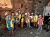 Brave Kinder in der Wasserburg Trakai